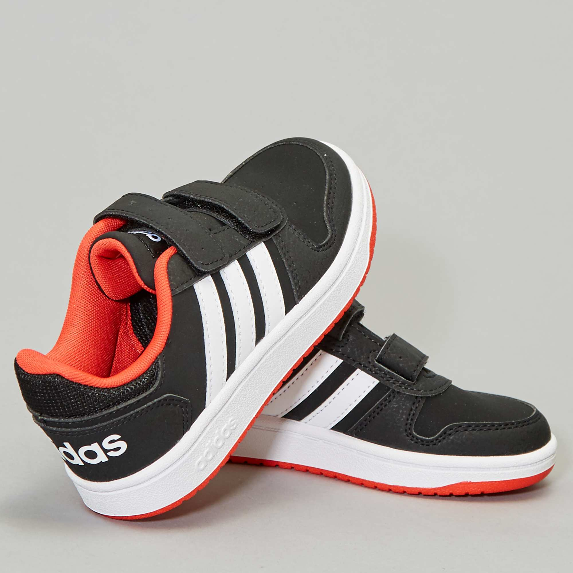 ee04e4abeb30 Baskets 'adidas hoops' basses Chaussures - noir/rouge - Kiabi - 35,00€