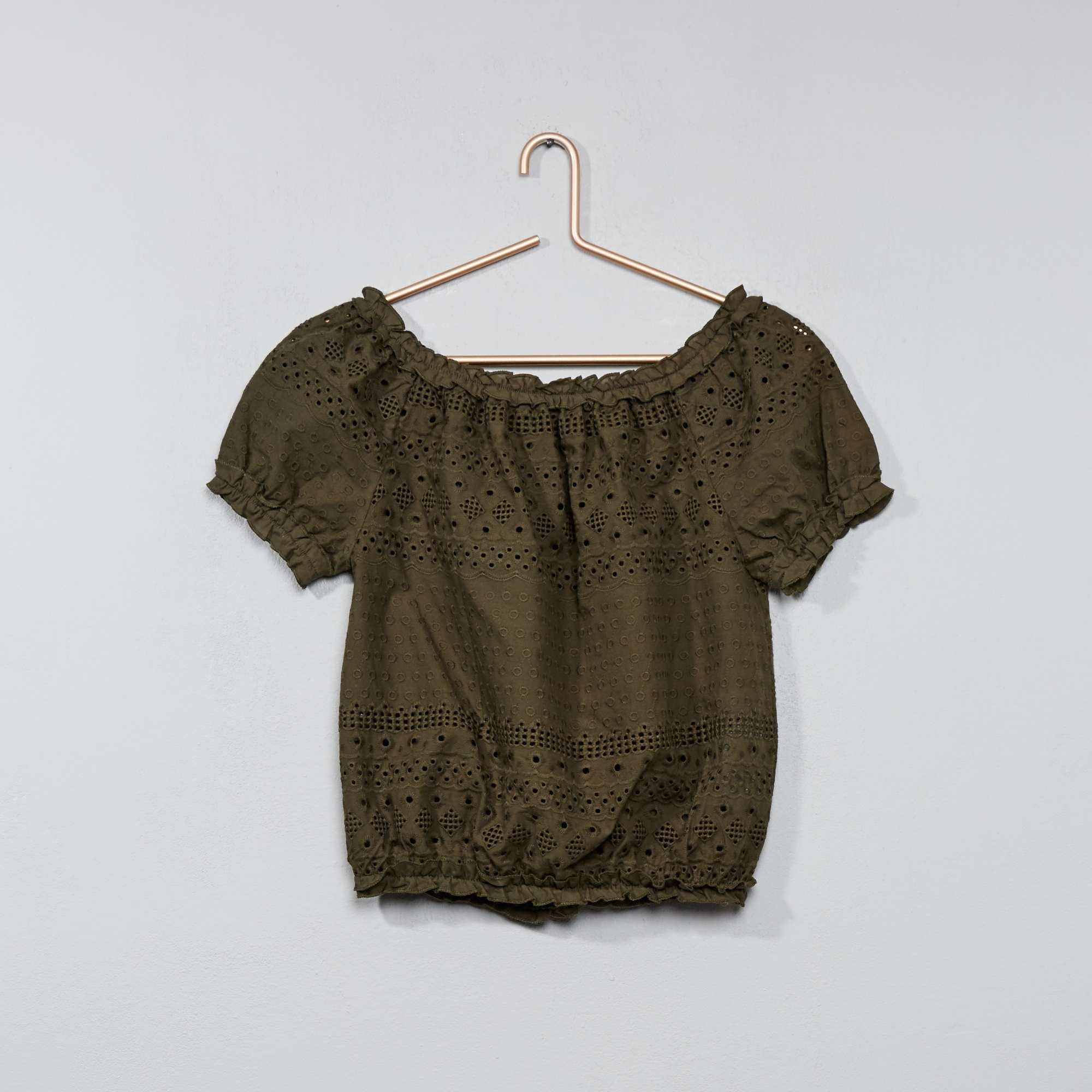 Couleur : kaki, rose pâle, vieux rose,bleu ciel, - Taille : 12A, XS, S,M,Les épaules dénudées et de beaux détails ajourés un peu partout sur cette blouse ! -