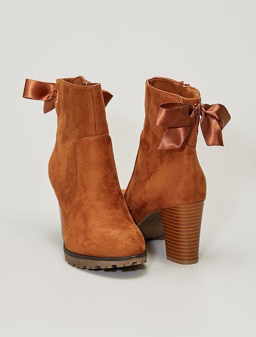 Boots à talons en suédine avec nœuds                             camel