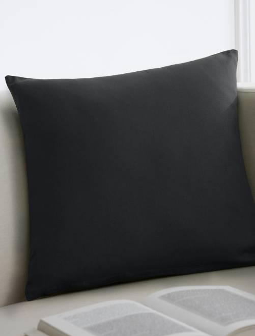 coussin uni d houssable linge de lit fushia kiabi 6 00. Black Bedroom Furniture Sets. Home Design Ideas