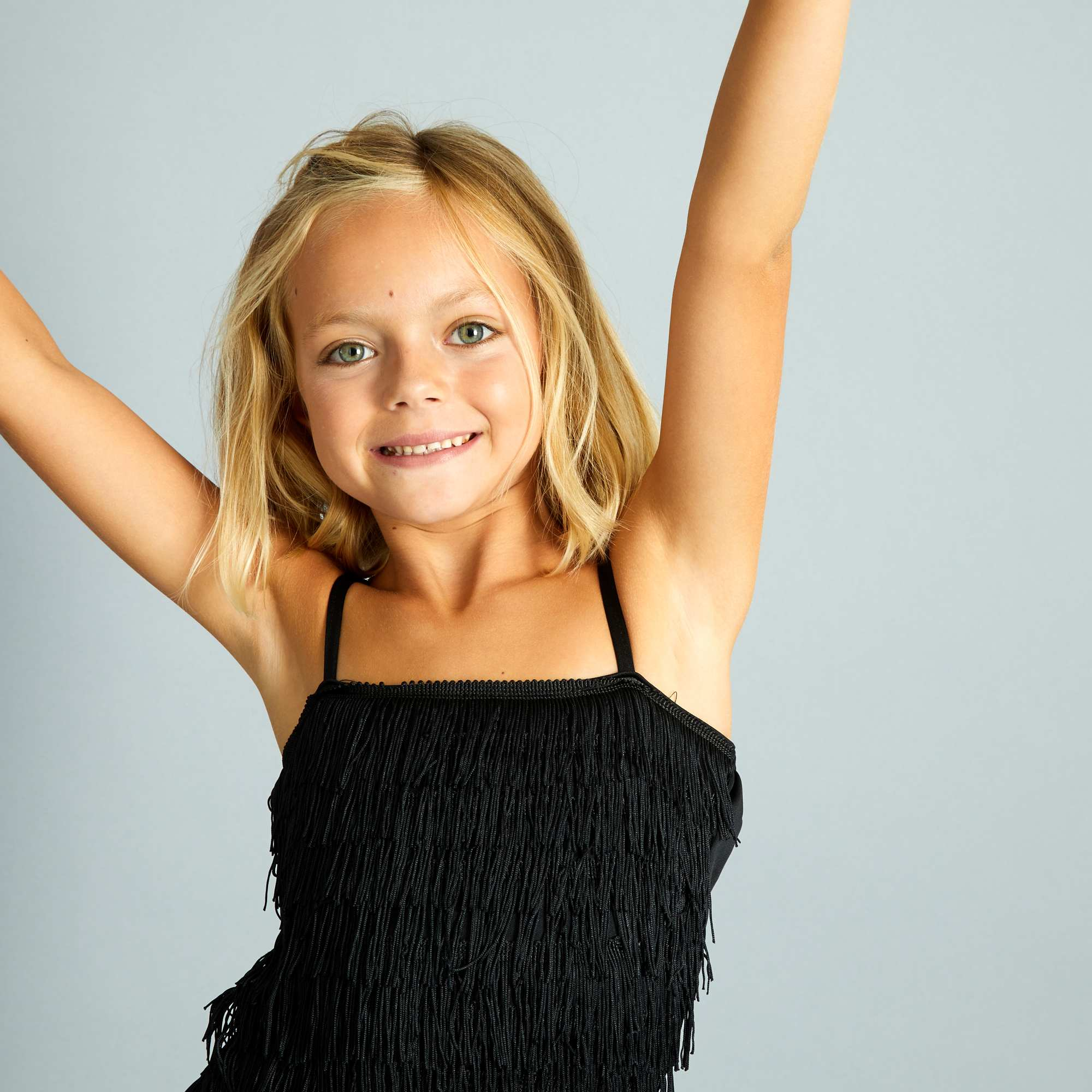 Couleur : noir, rose, rouge,, - Taille : 5/6A, 10/12A, 8/10A,,Une petite robe style 'Charleston' avec ses franges, à accessoiriser avec un boa et un
