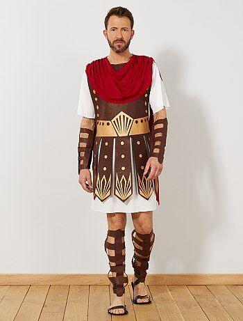 Vous serez le roi de l'arène. - Déguisement de gladiateur romain - Comprend 1 tunique, 2 manchettes et 2 guêtres - Tunique avec cape et armure intégrée - Ouverture scratch dans le haut du dos - Manches courtes - Manchettes et guêtres élastiquées derrière