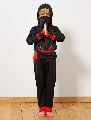 Les arts martiaux font rêver votre petit alors offrez-lui ce déguisement de guerrier ninja ! Le set comprend une chemise, un pantalon, une ceinture et un masque. Livré sous une housse de rangement. Privilégiez les petits détails comme une paire de chaussu