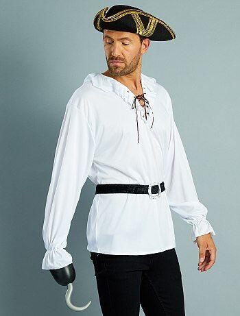 Pas de déguisement de pirate sans la fameuse chemise à jabot ceinturée ! - Déguisement de pirate - Ensemble chemise + ceinture - Chemise à jabot lacé en maille - Bas de manches à volants élastiqués - Longueur dos : 78 cm environ - Ceinture assortie en pan