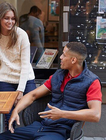 La doudoune légère sans manches s'adapte à toutes les situations : portée par dessus vos pulls et tee-shirts ou sous une veste, elle vous réchauffera avec style ! - Doudoune légère matelassée - Sans manches - Col montant - Ouverture zippée - 2 poches pres