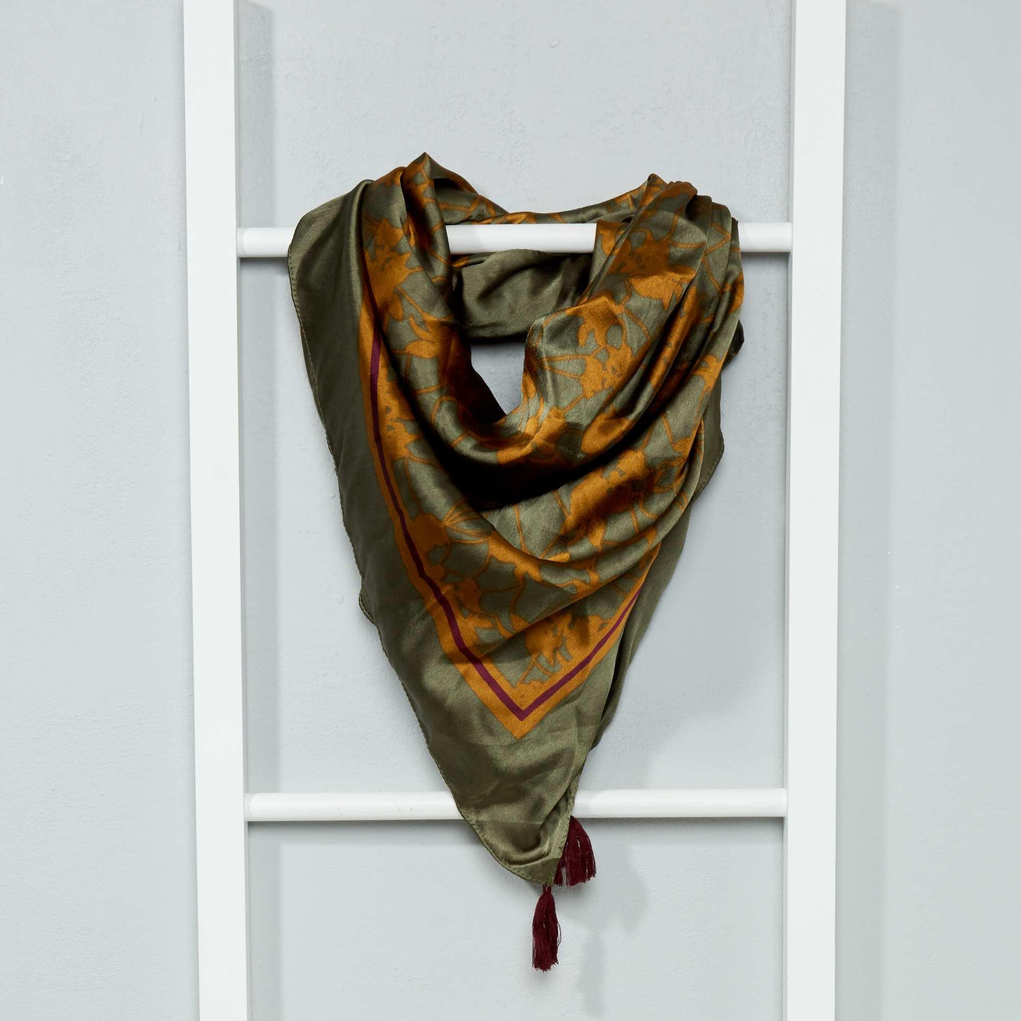 foulard carr satin femme kaki kiabi 8 00. Black Bedroom Furniture Sets. Home Design Ideas