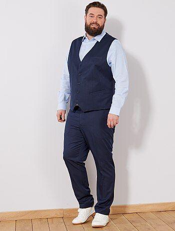Le petit gilet esprit 'garçon de café' pour accompagner un costume ou à porter avec un pantalon slim et des baskets pour un look trendy décalé. - Gilet de costume en twill - Sans manches - Ouverture 5 boutons - Poche poitrine - 2 poches devant - Dos satin