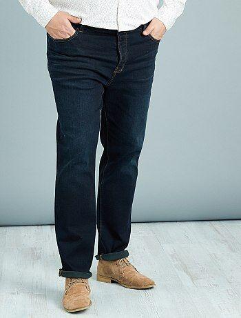Confortable et bien fitté ! - Jean fitted / coupe semi-ajustée - Longueur US32 - Coton extensible pour le confort - Taille standard - Ouverture par boutons - Passants à la taille pour une ceinture de 4,5 cm de largeur max. - 2 passants placés au dos vous