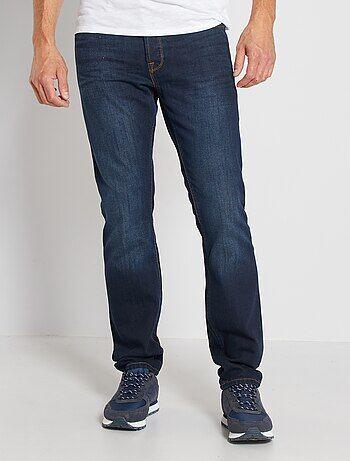 Coupe droite actuelle et prix mini, voilà un excellent basique pour le quotidien ! - Jean en pur coton - Regular fit / coupe droite - Taille standard - Passants pour ceinture - Ouverture boutonnée - Poche ticket + 2 poches cavalières devant - 2 poches pla
