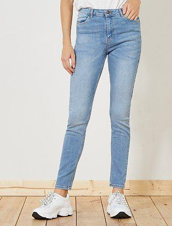 Une coupe skinny associée à une taille haute pour faire une jolie silhouette ! - Jean skinny taille haute longueur US28 (pour les personnes entre 1m61 et 1m65) - Ouverture zippée + bouton - Passant pour ceinture - 2 poches cavalières à l'avant - 2 poches