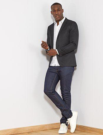 On aime le souci du détail de cet incontournable du dressing casual masculin. - Jean en coton stretch - Slim fit / coupe ajustée - Ouverture boutonnée + zip sous patte - Passants pour ceinture - 2 poches cavalières rivetées + poche ticket devant - 2 poche