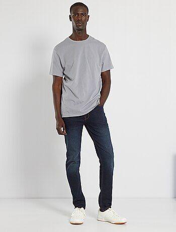 On adore sa ligne mode et tendance ! Ce jean va séduire par son confort et son style ! - Jean en coton stretch - Slim fit / coupe ajustée - Passants pour ceinture - Ouverture boutonnée + patte zippée - Poche ticket + 2 poches cavalières devant - 2 poches