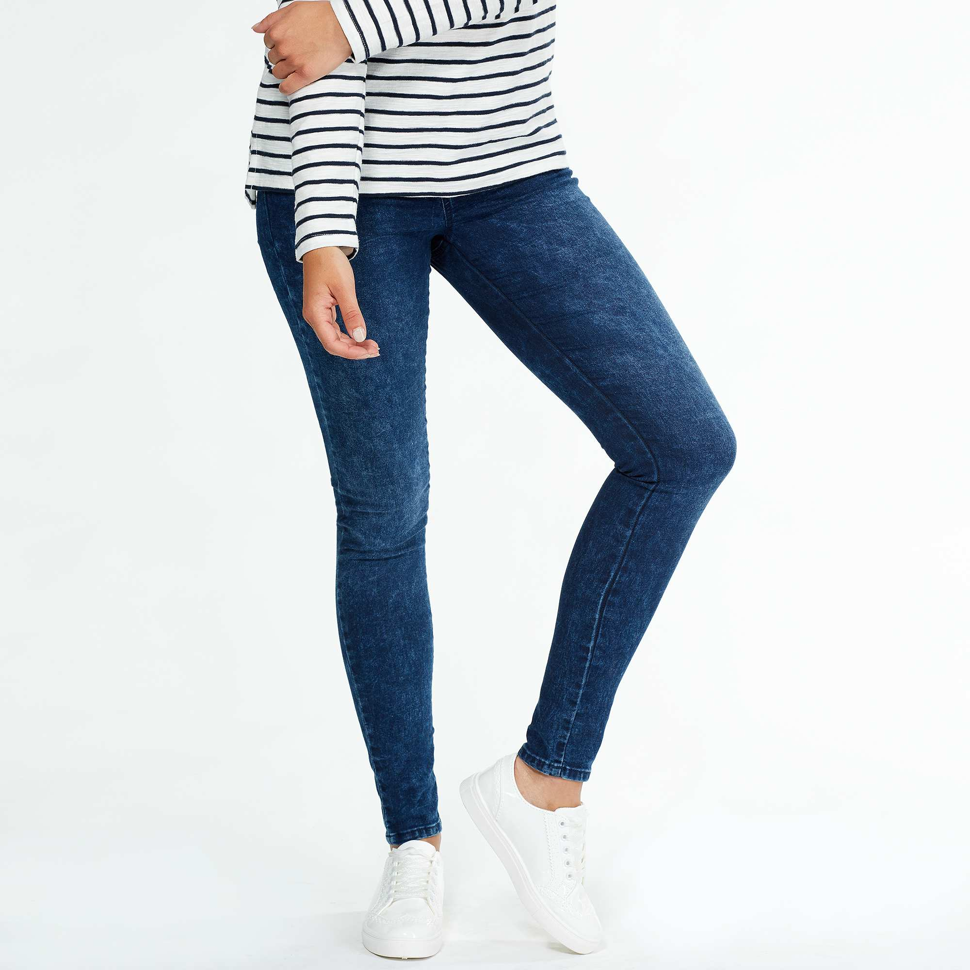 Description: Our all-day jegging fit gears up for nighttime with a black wash and edgy zipper detailing. Super-skinny through the ankle while remaining stretchy and comfortable, the 3-button high waist closure has a tummy-smoothing effect.