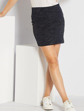 Une ligne près du corps avec la jupe tube stretch qui vous dessine une jolie silhouette ! - Jupe courte - Forme droite - Taille élastique - Longueur 40 cm environ. - Notre mannequin mesure 1m78 et porte une taille M.