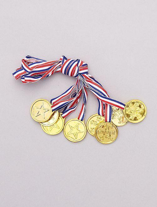 Lot de 8 médailles                             doré