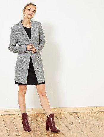 Un look british et tendance avec ce manteau léger ! - Manteau long - Assez fin - Motif 'carreaux' - Fermeture par 1 bouton pression - Poches plaquées - Fente au dos pour plus d'aisance - Longueur dos : 82 cm environ Notre mannequin porte une taille 38 et