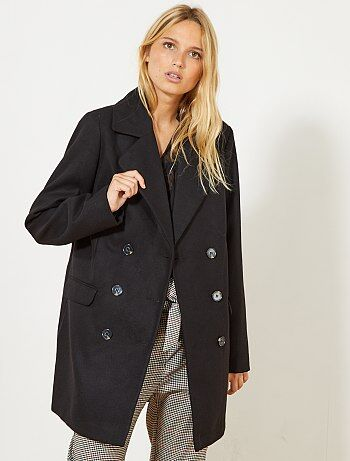 Le manteau style caban un indispensable dans sa garde robe d'hiver, on l'aime pour son côté classique et chic à la fois ! - Manteau style caban - Manches longues - Col tailleur - Double boutonnage - 2 poches à rabat devant - Longueur dos : 82 cm environs