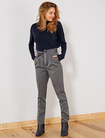 Un pantalon chic et habillé avec une jolie taille haute pour marquer la taille ! - Pantalon à pinces - Ouverture zippée + attache métallique - Taille haute plissée - Passants pour ceinture - Ceinture à nouer devant - 2 poches italiennes devant - 2 poches