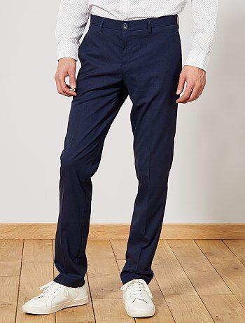 Un pantalon de costume élégant et agréable à porter, réalisé dans un beau tissu aspect caviar, léger et finement reliefé pour une allure très chic. - Pantalon de costume en tissu caviar fluide - Regular fit / Coupe droite - Taille standard - Passants pour