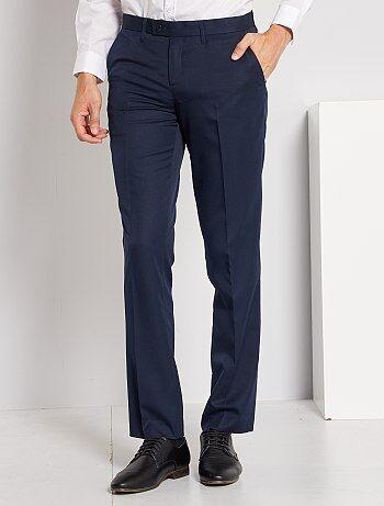 Une merveille à porter comme à entretenir ! - Pantalon de costume classique en twill - Regular fit / Coupe droite - Taille standard - Passants ceinture - Ouverture bouton + agrafe + patte zippée - 2 poches à l'avant - 2 poches passepoilées boutonnées au d