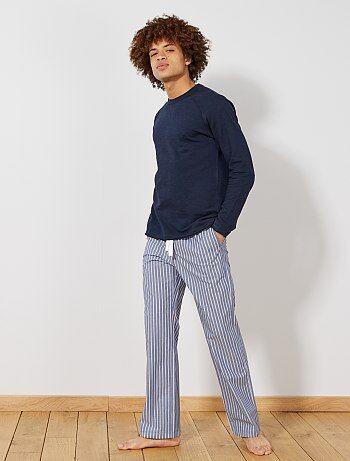 Stylé même pour rester à la maison ! - Pantalon de pyjama en popeline pur coton - Taille élastique + lien de serrage sous tunnel - 2 poches devant - Imprimé 'ancre' all-over - Longueur entrejambe : 80 cm - Largeur bas de jambe : 24 cm - Notre mannequin po