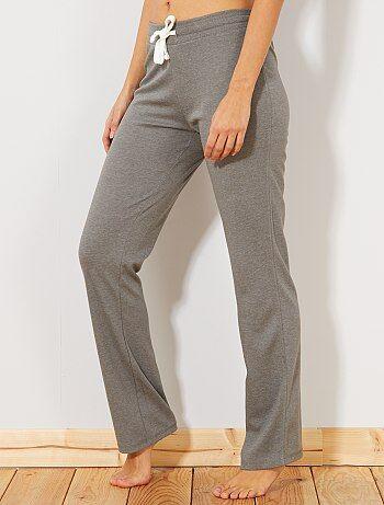 Pour la pratique du sport ou en détente à la maison vous allez être à l'aise dans ce pantalon en molleton - Pantalon en molleton fin - Forme droite - Taille élastiquée - Liens coulissants sous tunnel à nouer - Longueur entrejambe : 79 cm - Largeur bas de