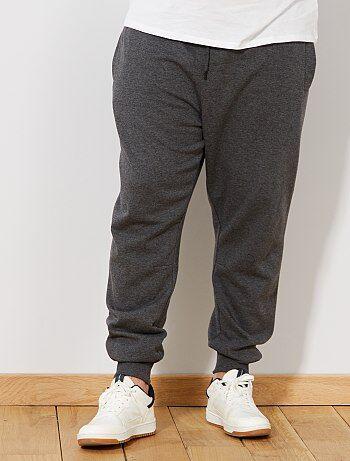 Confort absolu ! - Pantalon de sport en molleton - Intérieur gratté - Taille élastiquée + lien de serrage sous tunnel - 2 poches plaquées devant - 1 poche surpiquée au dos - Pinces genoux - Bas de jambe resserrés maille côtelée - Longueur entrejambe : 73