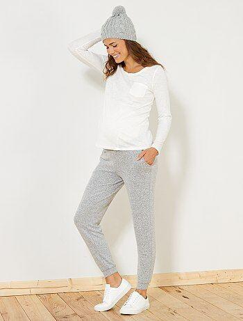 Pour des moments cocooning à la maison, adoptez ce pantalon en maille doudou ultra doux et confortable ! - Pantalon de grossesse stretch - Maille doudou - Taille et bas de jambes élastiqués - 2 poches devant - Longueur entrejambe : 70 cm - Largeur bas de