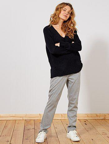 Le confort et l'élégance sublimé par les rayures ! - Pantalon en maille stretch - Taille standard - Taille élastiquée au dos - 2 poches italiennes devant - 2 poches passepoilées factices au dos - Rayures all-over - Pinces devant - Longueur entrejambe : 73