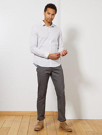 Classique mais essentiel à tout bon vestiaire masculin ! - Pantalon 5 poches - Coupe droite / Regular Fit - Gabardine pur coton douce et confortable - Taille standard - Passants ceinture - Ouverture bouton + patte zippée - Poche ticket + 2 poches cavalièr