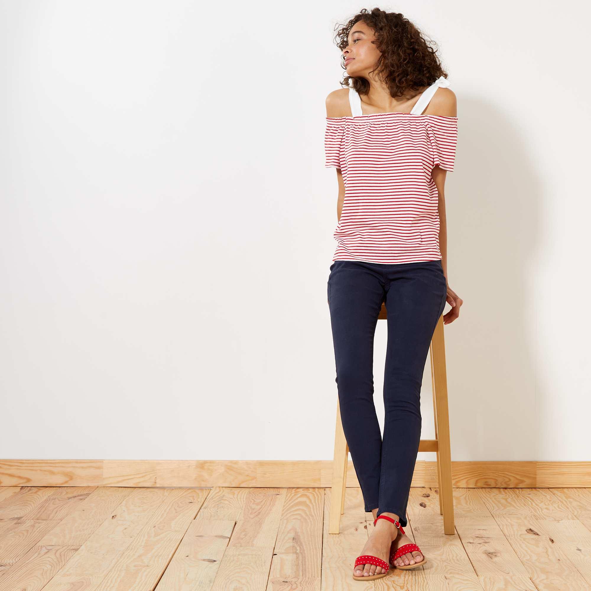 Couleur : bleu marine, noir, brique,, - Taille : 42, 44, 46,40,38On met de la couleur dans son dressing et dans ses looks avec ces pantalons. -