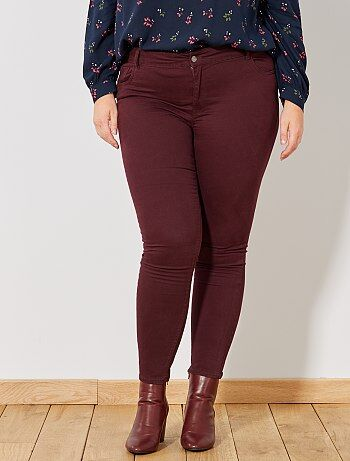 De jolis coloris de saison pour ce pantalon slim ! - Pantalon slim / coupe ajustée - Gabardine stretch - Ouverture zippée + bouton - Taille ajustable - 5 poches - Passants ceinture - Longueur entrejambe : 76 cm - Largeur bas de jambe : 15 cm. Notre manneq