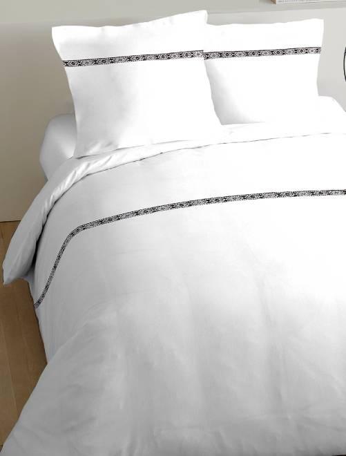 parure de lit d tail ethnique linge de lit blanc kiabi 23 00. Black Bedroom Furniture Sets. Home Design Ideas