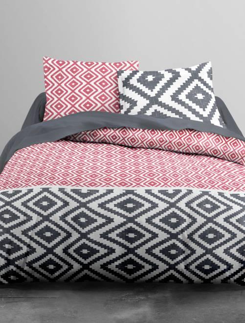parure de lit motifs g om triques linge de lit rouge kiabi 24 00. Black Bedroom Furniture Sets. Home Design Ideas