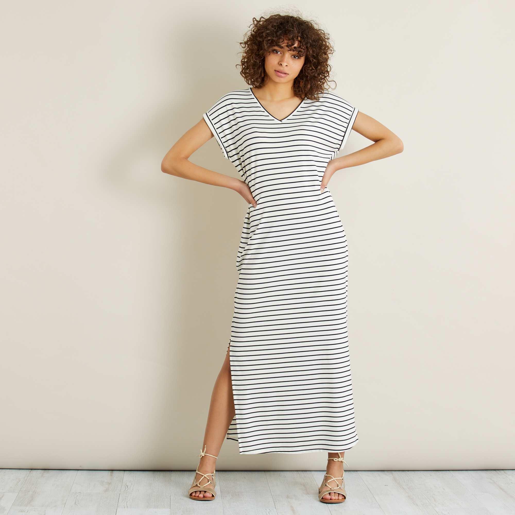 Couleur : écru/bleu marine, , ,, - Taille : L, XXL, M,S,XLLa robe longue en maille fluide, pour une sensation de fraîcheur et de légèreté. -