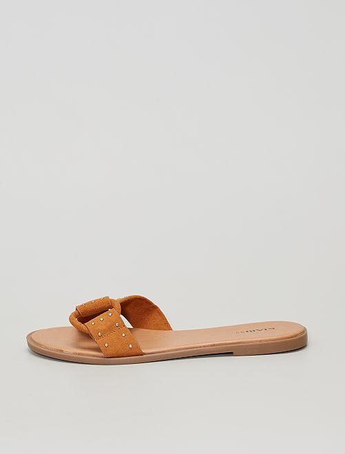 Sandales en suédine cloutées.                                         MARRON
