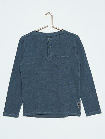 Product L'incontournable basique pas si basique avec son col tunisien et son détail à la poche.  - Tee-shirt manches longues  - 100% coton  - Col tunisien  - Fermeture boutonnée  - Poche poitrine  - Patch cousu sur le côtéHabillement Garçon / Garçon 3-12 ans / Tee shirt, polo / T-shirt manches longues  Standard  KIABI