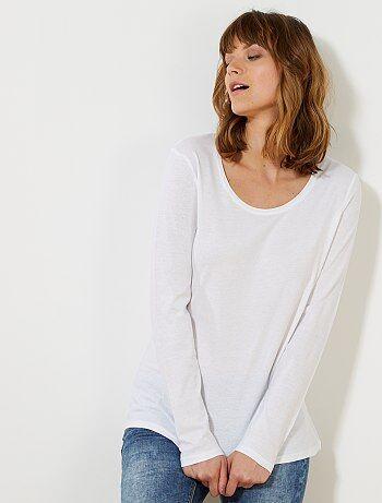 Un essentiel à petit prix, décliné dans de nombreux coloris ! - Tee-shirt en jersey pur coton - Col rond dégagé, manches longues - Longueur dos : 60 cm environ - Notre mannequin porte une taille S et mesure 1m78.
