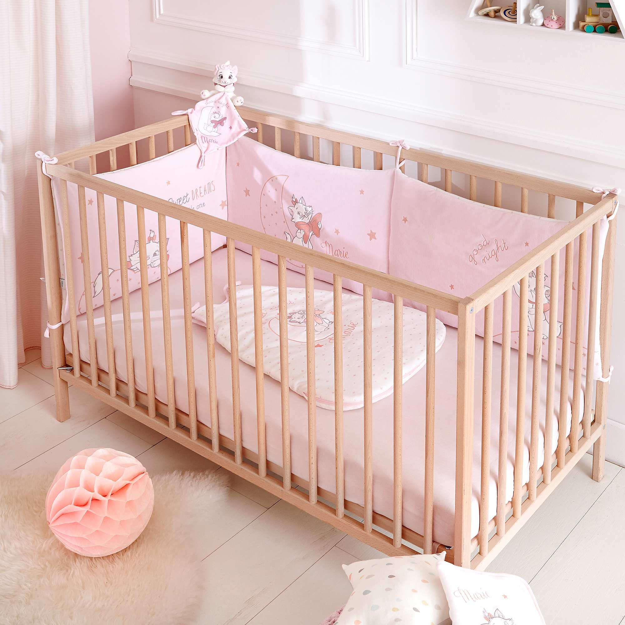 Tour de lit en velours 39 disney 39 b b fille rose p le for Chambre bebe fille rose pale