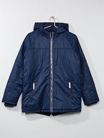 Les éléments réfléchissants sur sa veste pour plus de sécurité ! - Veste à capuche imperméable - Doublée en polaire - Manches longues - Poignets intérieurs - Ouverture zippée devant - 2 poches zippées à l'avant - Contient des éléments réfléchissants